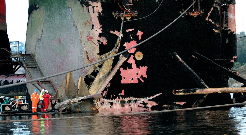 STORE SKADER: Her inspiseres skadene etter at ankerfestet slo hull på en av boligriggens ballasttanker.  Floatel Superior repareres nå i Kristiansund. FOTO: Tidens Krav