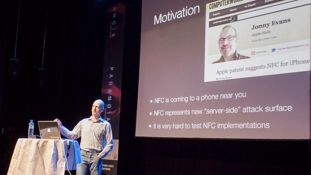 Charlie Miller viste hvordan han brukte NFC-teknologi til å bryte seg inn på filsystemet til en Nokia N9 mobiltelefon.