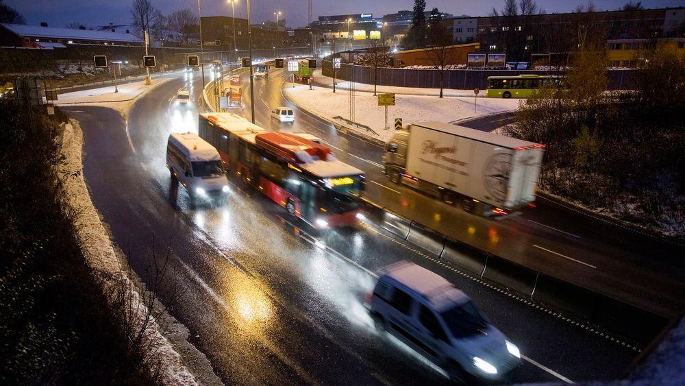 NAF mener tunge kjøretøy virvler opp mest svevestøv, og derfor bør ha lavere fartsgrense enn personbiler.