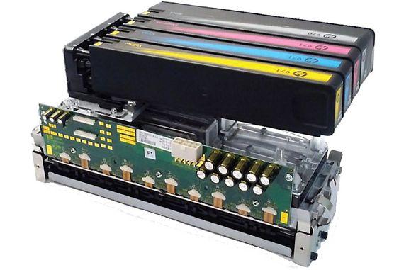 Skrivermekanismen: Skriverhodet med sine 42 240 dyser dekker hele arkbredden. Over ligger de svær og lett tilgjengelige blekktankene.