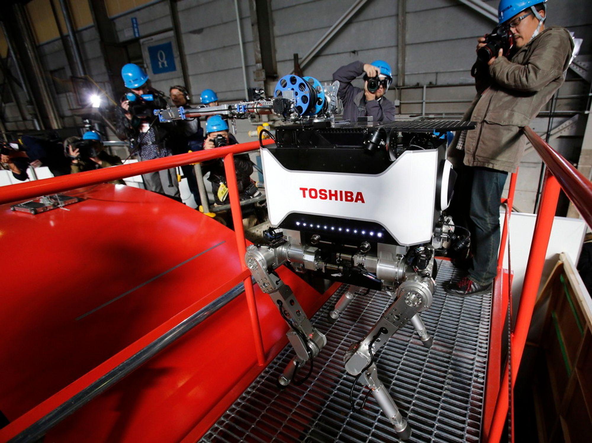 Toshiba har utviklet denne firbente roboten som tåler store mengder radioaktiv stråling. Den skal kunne gå inn i Fukushima-reaktoren. Også i Norge spiller robotene en stadig viktigere rolle i industrien.