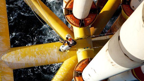 INSPISERER: Tilkomstarbeider og inspektør Linda Leirvik har med hjelp fra resten av klatrelaget fra Oceaneering firet seg ned på plattformkonstruksjonen for å jakte på sprekkdannelser.