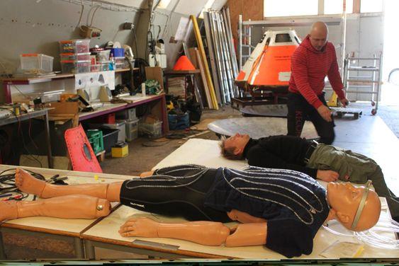 von Bengtson tar mål av Peter Madsen. Målene skal brukes til å tilpasse romkapselen. Foran ligger prøvedukken Randy.