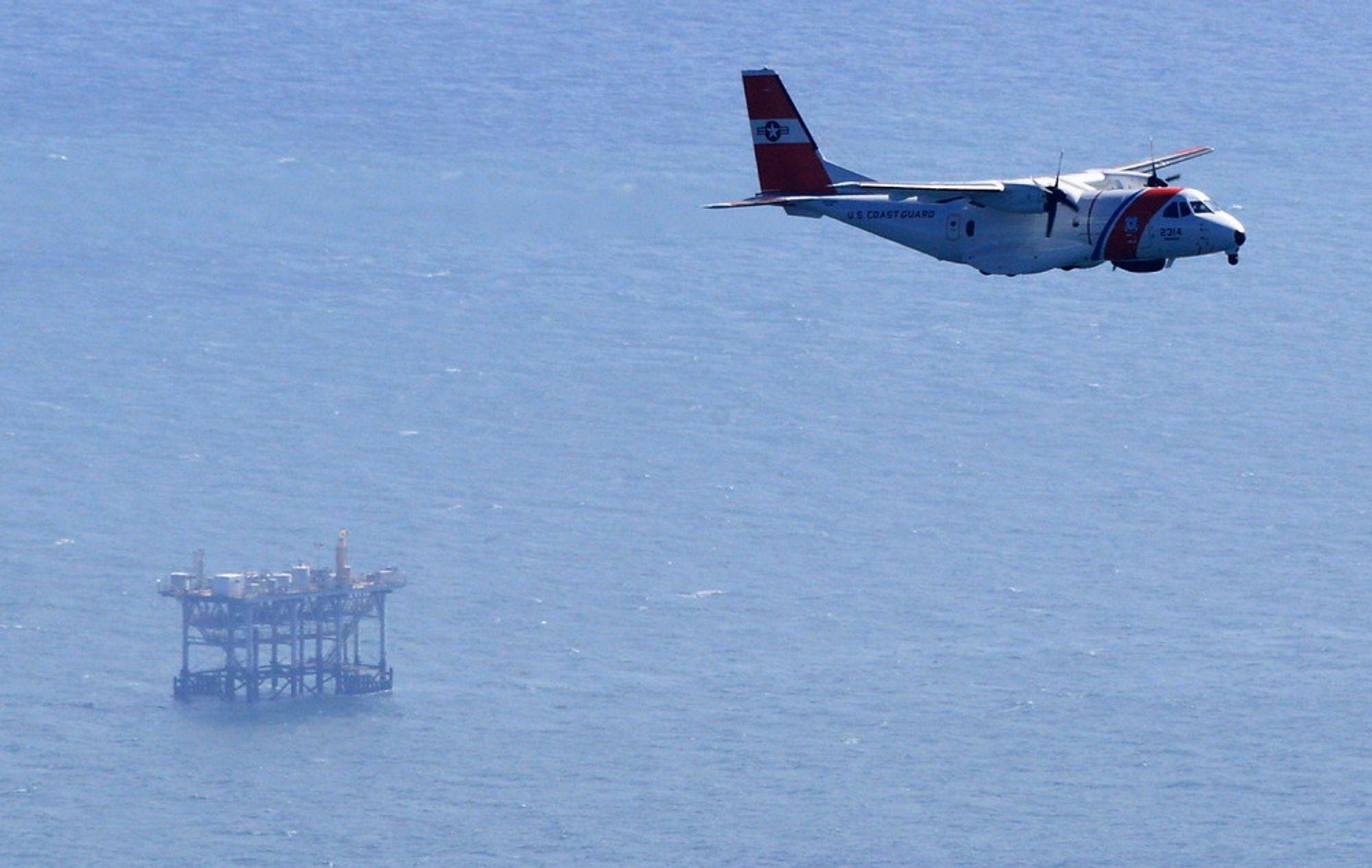ULYKKESPLATTFORM: Her skjedde eksplosjonen.Et fly fra den amerikanske kystvakten følger med.