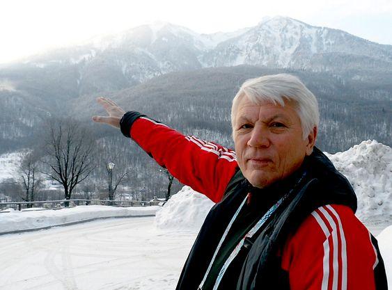 NORSK KONSULENT: Torgeir Nordby har vært konsulent for byggingen av hoppanlegget i Sotsji-OL. Her peker han mot området, der de to bakkene ligger, og han forteller at han er svært fornøyd med plasseringen og utformingen, selv om det også har vært store utfordringer med byggingen av anlegget.
