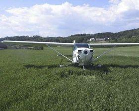 Flygeren nødlandet på et jorde uten propell.