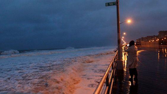 Bølgene fra Atlanterhavet skyller i land på Rockaway-beach. Eksperter har foreslått å bygge et flomvern fra Rockaway-halvøyen og over til New Jersey for å beskytte New York.