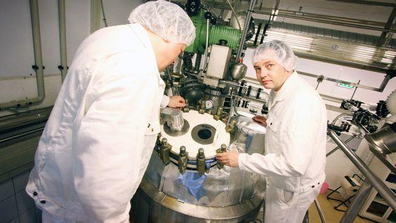 Holder kontrollen: Produksjonsleder Thor Nøkland (t.v.) og prosessingeniør Ronny Pedersen venter i spenning på om Biotec Pharmacons nye produkt blir godkjent. De er i så fall klare til å øke produksjonen av betaglukaner på bedriftens fabrikk.