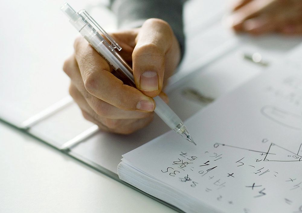 Uvant: Dagens studenter er ikke vant til å løse oppgaver med papir og blyant. Det angir Norsk Matematikkråd som en av årsakene til at resultatene i dag er dårligere enn på 80-tallet. Foto: Colourbox