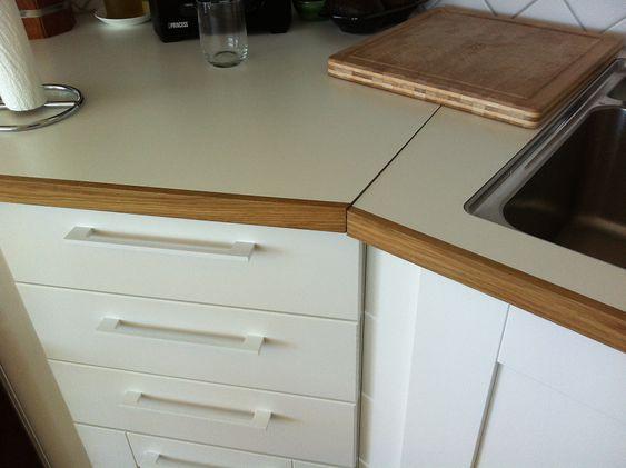 SPREKK: Feilmontert benkeplate. Eier må sette på en 5 cm bred teip  over sprekken for at ikke oppvaskvann o.l. skal renne inn i skapet under.