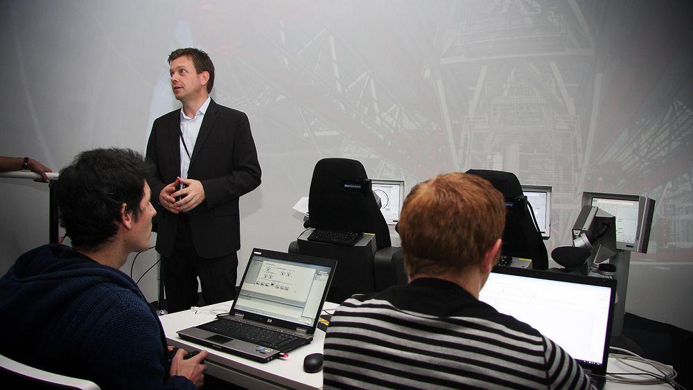VIRKELIGHET: Adm.dir. Ole Paulsen i Performance technology centre i Aker Solutions i boreopplæringsrommet. Alt som kommer opp på skjermen er i størrelsen 1:1.