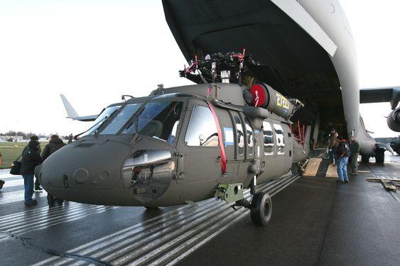 De første to Black Hawk-helikoptrene ankom Sverige i et Boeing C-17 Globemaster III bare et halvår etter bestilling.