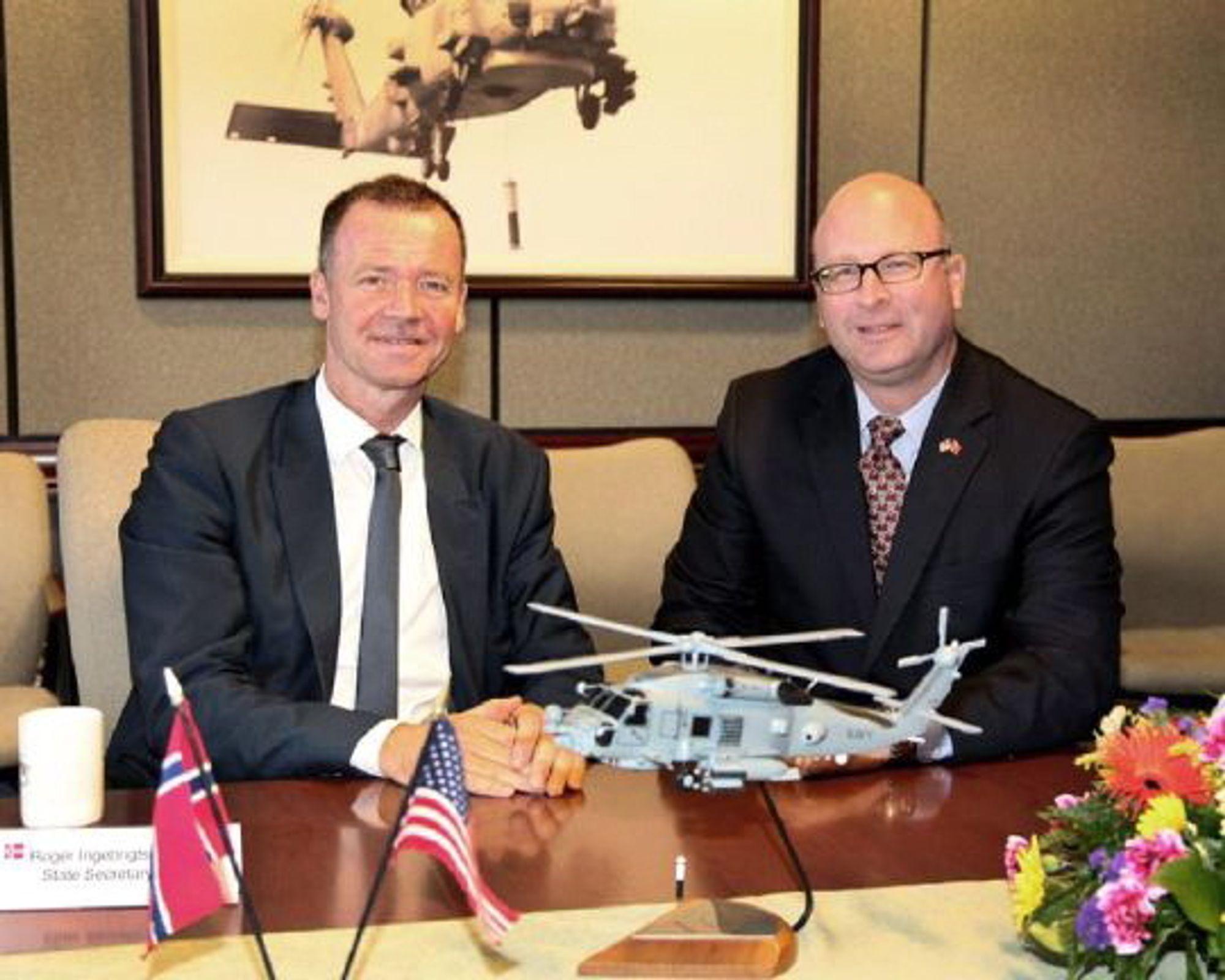 Statssekretær Roger Ingebrigtsen i forsvarsdepartementet sammen med Sikorsky-direktør Mick Maurer.