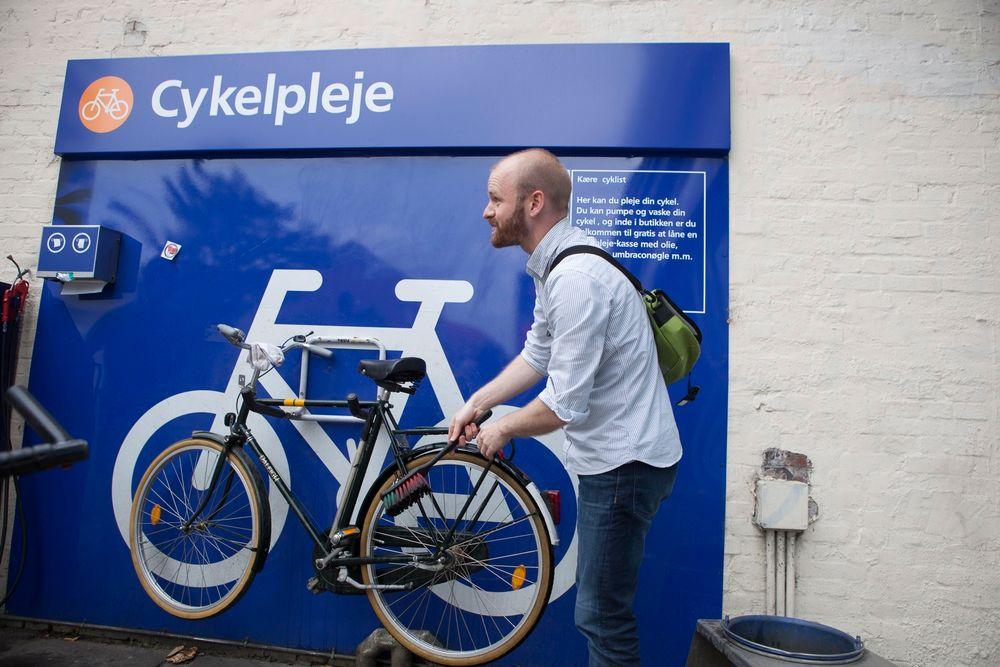 Andrew Stalker har ikke hageslange hjemme, og vasker sykkelen hos Statoil.