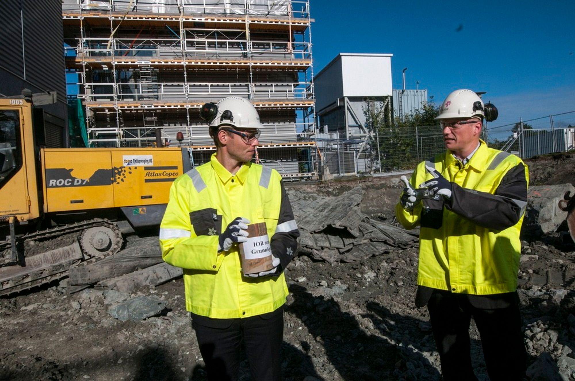 Olje- og energiminister Ola Borten Moe legger ned grunnstenen på det nye forskningsenteret til Statoil i Trondheim. T.h. forskningsdirektør Lars Høier.