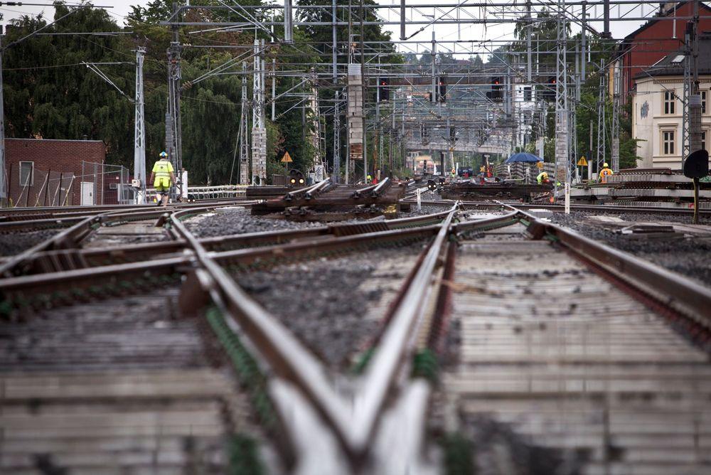 Det er kamp om den begrensede tilgangen på jernbanelinjen, både mellom passasjerer og gods og mellom ulike togselskaper.