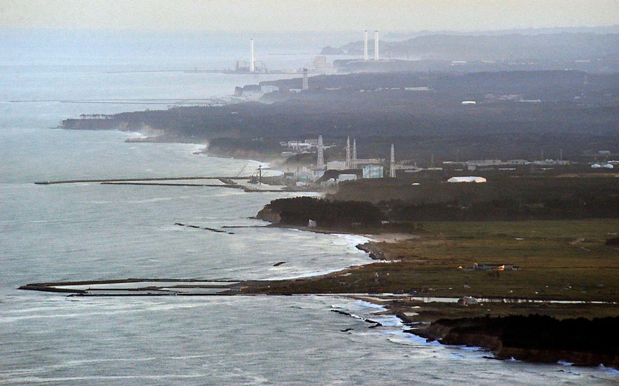 Flyfoto av atomkraftverket Fukushima Daiichi i Japan. En alvorlig krise oppsto ved kraftverket i fjor da en tsunami rammet kysten etter et kraftig jordskjelv. Problemene førte til utslipp av radioaktive stoffer.