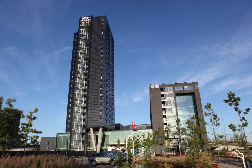 Fasadene mot øst, sør og vest på dette hotellet er dekket med solceller.