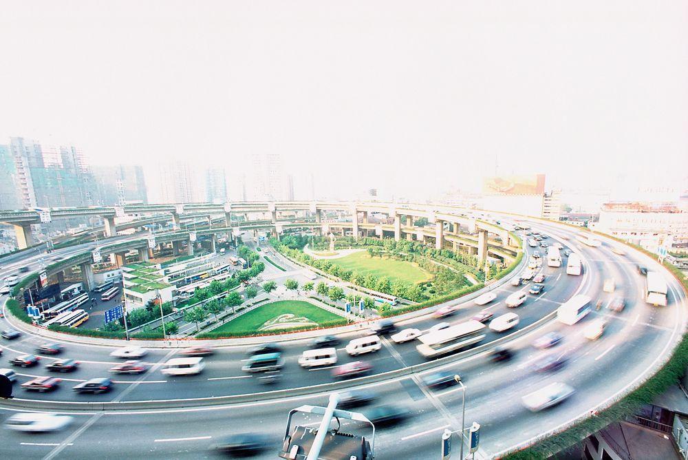 Økonomisk vekst her i Shanghai og ellers i Kina har bidratt til at landets samlede bilflåte har økt med 25 prosent i gjennomsnitt hvert år siden 2000.