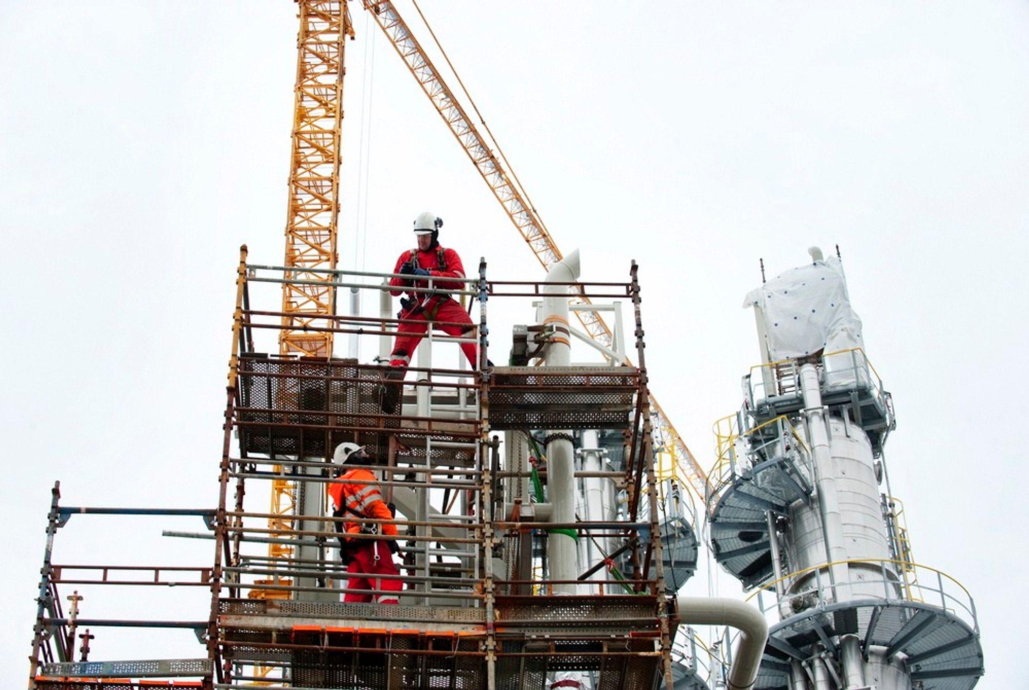 LINDÅS 20110227. Rundt 700 personer er i arbeid med å bygge testanlegget for CO2-rensing på Mongstad nå. Mot slutten av året kommer testingen av den ene rensemetoden i gang, og tidlig neste år skal hele anlegget være i drift.   Foto: Marit Hommedal / SCANPIX