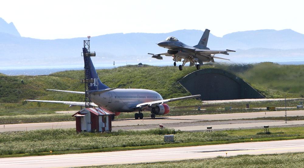 Et F-16-fly møter et Boeing 737-600 på Bodø lufthavn. Nå viser det seg at arvtageren F-35 kan støye fire ganger så mye, noe som vil gjøre støyproblematikken dramatisk verre for bodøværingene.