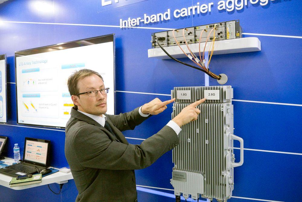 KOBLER SAMMEN: Med ekte 4G, (LTE Advanced) kan man koble sammen flere frekvensbånd. I Barcelona demonstrerte ZTE at de kunne spleise spektrumblokker fra 1,8 og 2,6 GHz og få dem til å virke som en kontinuerlig blokk slik som Telenor-ansvarlig i ZTE, Fredric Paint, viser.