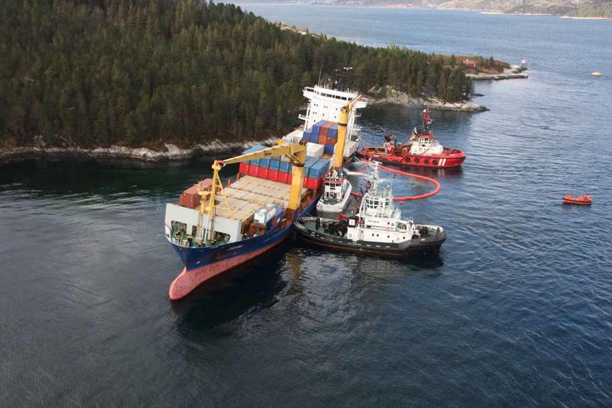 I følge Kystverket er det mulig at lasteskipet Celina som fredag gikk på grunn ved Måløy blir liggende på stedet i flere uker.