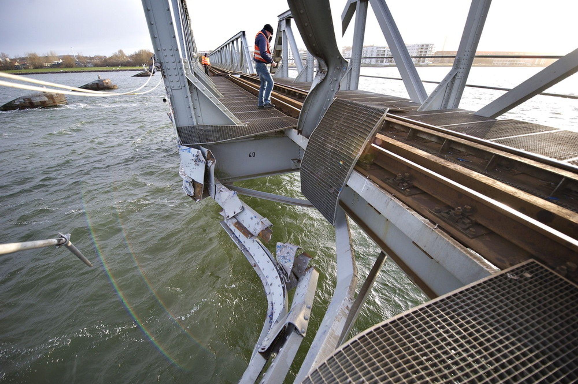 Aalborg, Danmark 20120329.Jernbanebrua over Limfjorden i Danmark kan bli stengt et halvt år, etter at den ble påkjørt av et finsk konteinerskip  onsdag kveld.Foto: Henning Bagger / Scanpix