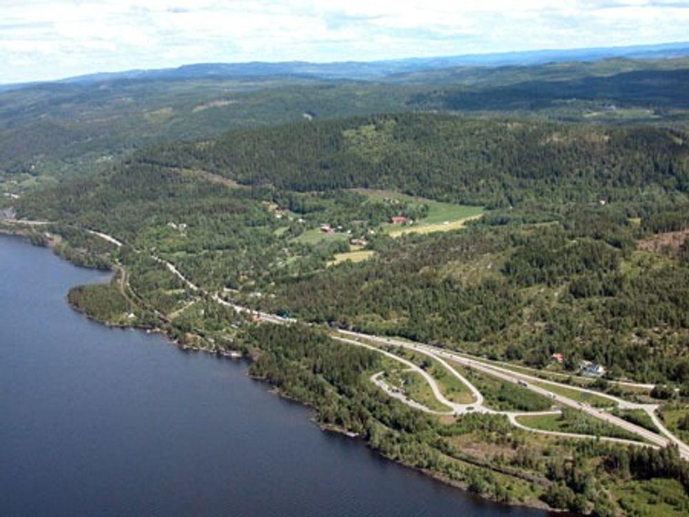 FELLES: Her, langs Mjøsas østside, starter snart anleggsarbeidene for nye E6 og dobbeltsporet jernbane mellom Strandlykkja og Brøhaug.