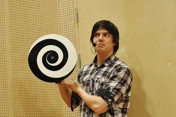 SYNSBEDRAG: Fysiker Andreas Wahl lurer forsamlingen til å tro at hodet hans er større enn det egentlig er.