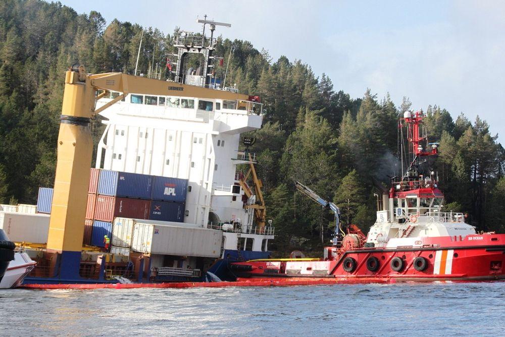 STØTTE: Taubåten BB Ocean og Celina, det tyskeide containerskipet som grunnstøtte lørdag 9. mars like ved Måløy.