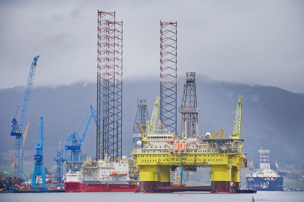 TRANGT: De tre riggene West Elara, Cosl Innovator og Scarabeo 8 (i bakgrunnen) sørger for høy aktivitet ved Westcon Yard i Ølenfjorden.