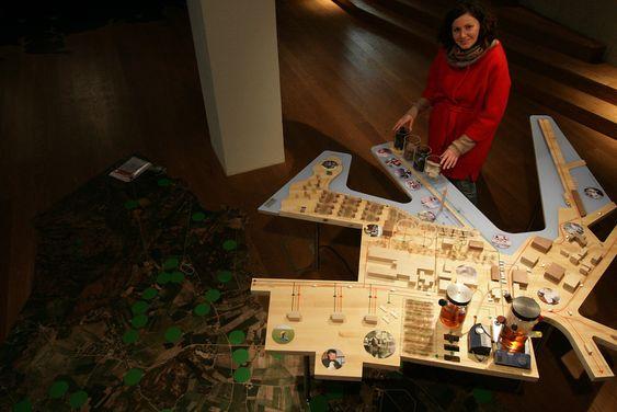 BYMODELL: Arkitekt Alexandra Sándulescu med modell av økoby med blant annet biogassproduksjon, landbasert fiskeoppdrett og drivhus.