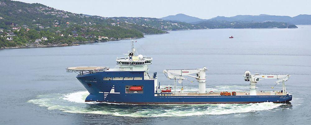 PROPELL: Med tre Voith Schneider-propeller akter og en baugthruster, kan North Sea Giant snu rundt sin egen akse. Det 160 meter lange og 30 meter brede skipet er designet for konsturksjonsarbeider. Driftes av North Sea Shipping.