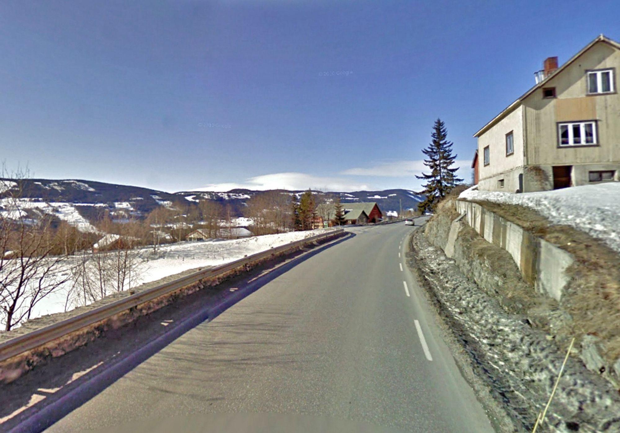 Gang/sykkelvegen skal følge østsiden av fylkesveg 51. Huset over støttemuren til høyre må rives for å gi plass til den.