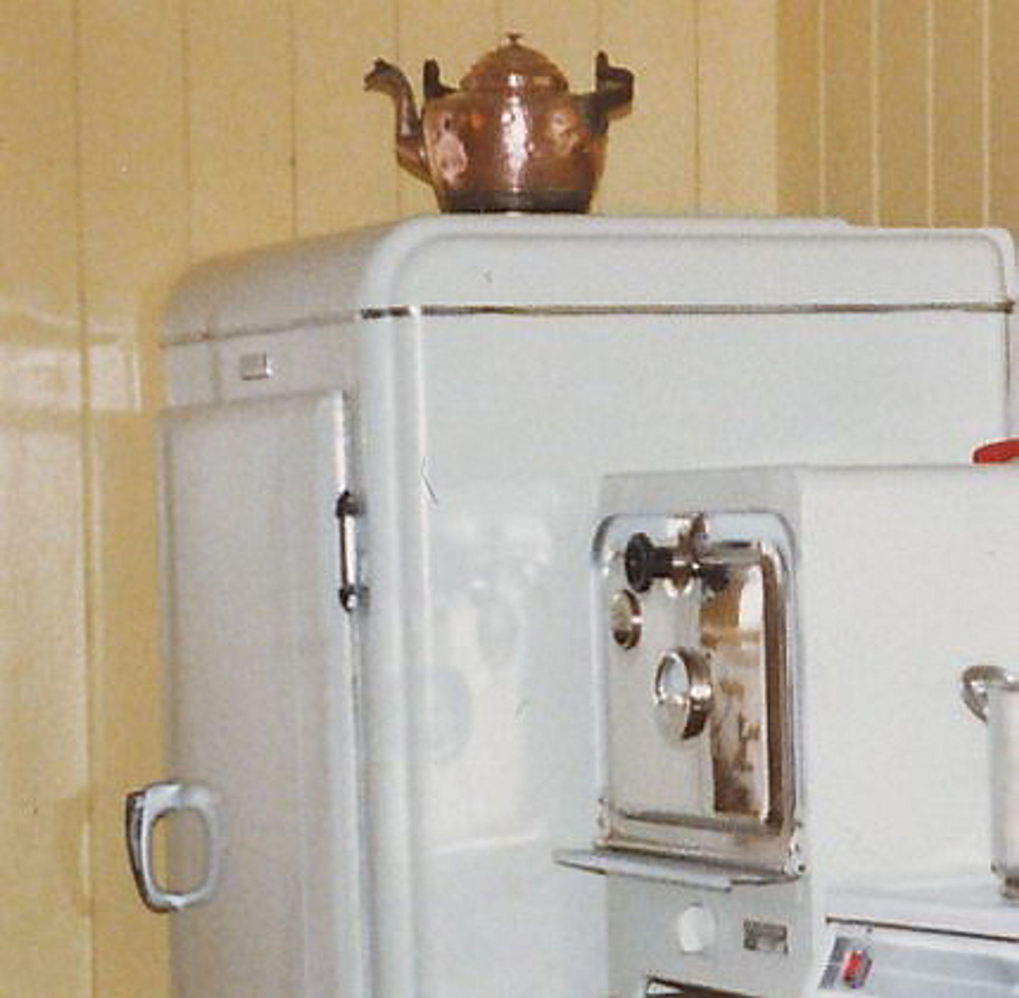 NORGES ELDSTE? Dette Electrolux-kjøleskapet skal være produsert i 1937, og ble fraktet til Norge fra Amerika.