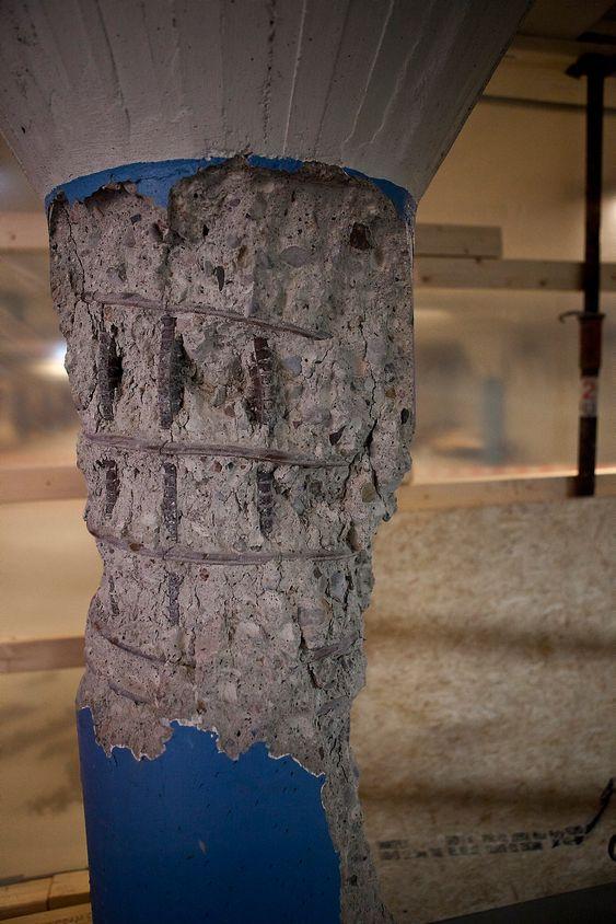 MÅ SKIFTES: Denne bæresøylen, to etasjer under bakken, viser hvor store krefter som har vært i sving. Det er synlig hvordan armeringen er bøyd ut, og hele søylen er trykket flere centimeter ned. Denne, og andre søyler må erstattes med nye.