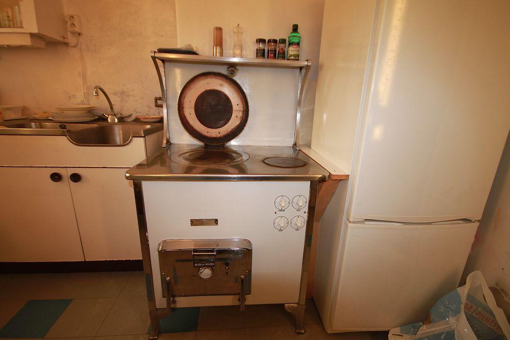 METEOR PÅ KJØKKENET: Tom Johansens komfyr er patentert i 1922. Men hvor gammel er egentlig denne modellen?
