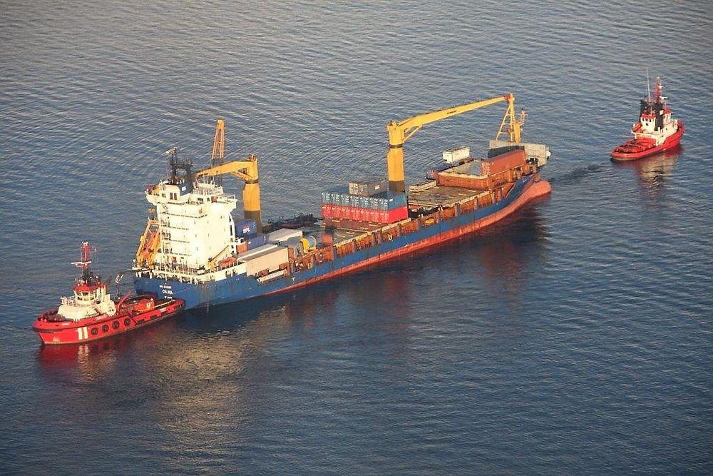 TRYGG: Containerskipet Celina på vei til Johansen Slip & Mek. AS ved Raudeberg i Vågsøy kommune, søndag 18. mars, ni dager etter at det gik på grunn. Ikke en dråpe olje slapp ut under berging og slep.