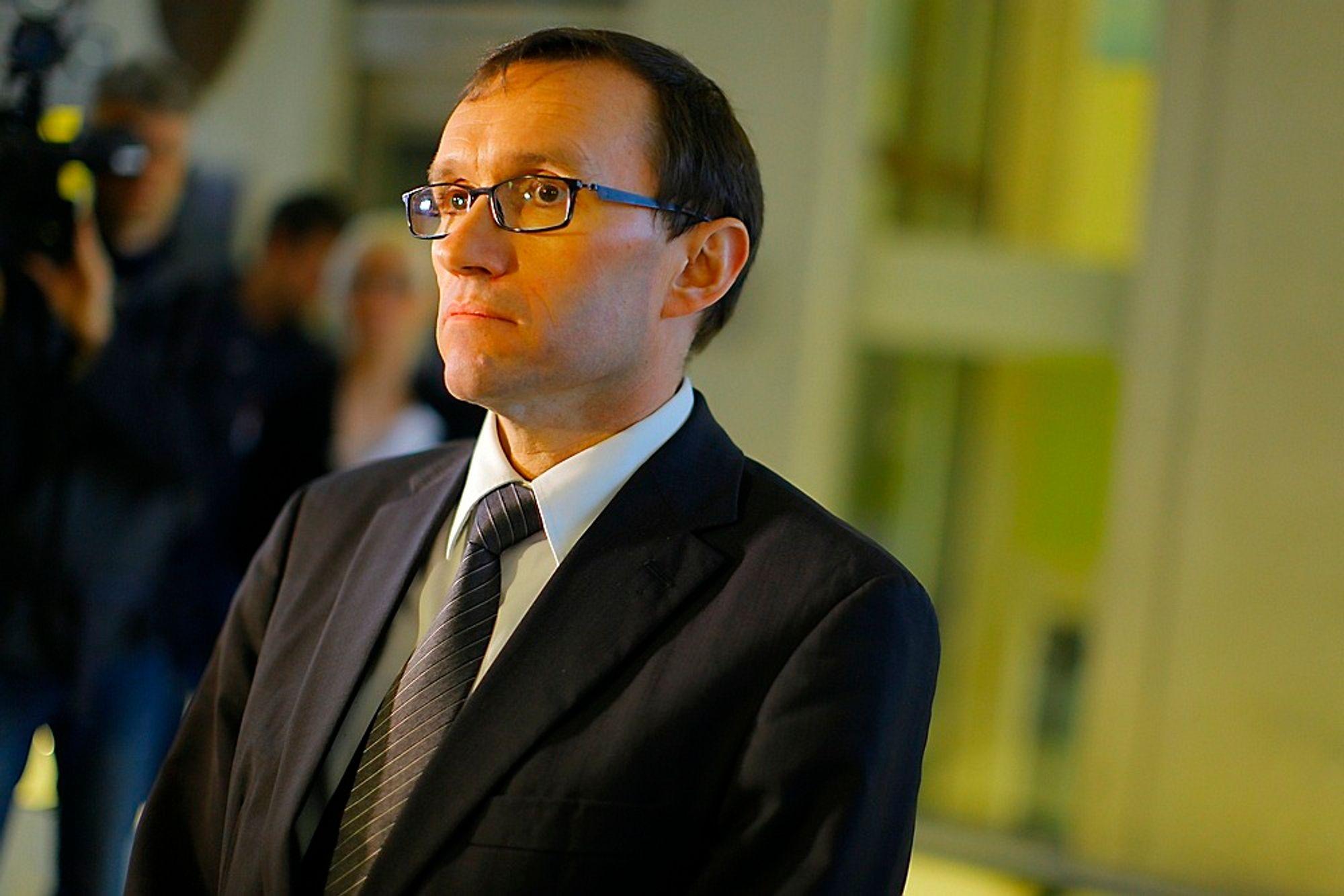 TENKER PÅ DE PÅRØRENDE: Forsvarsminister Espen Barth Eide orienterer om funn av det savnede Hercules-flyet i Sverige.