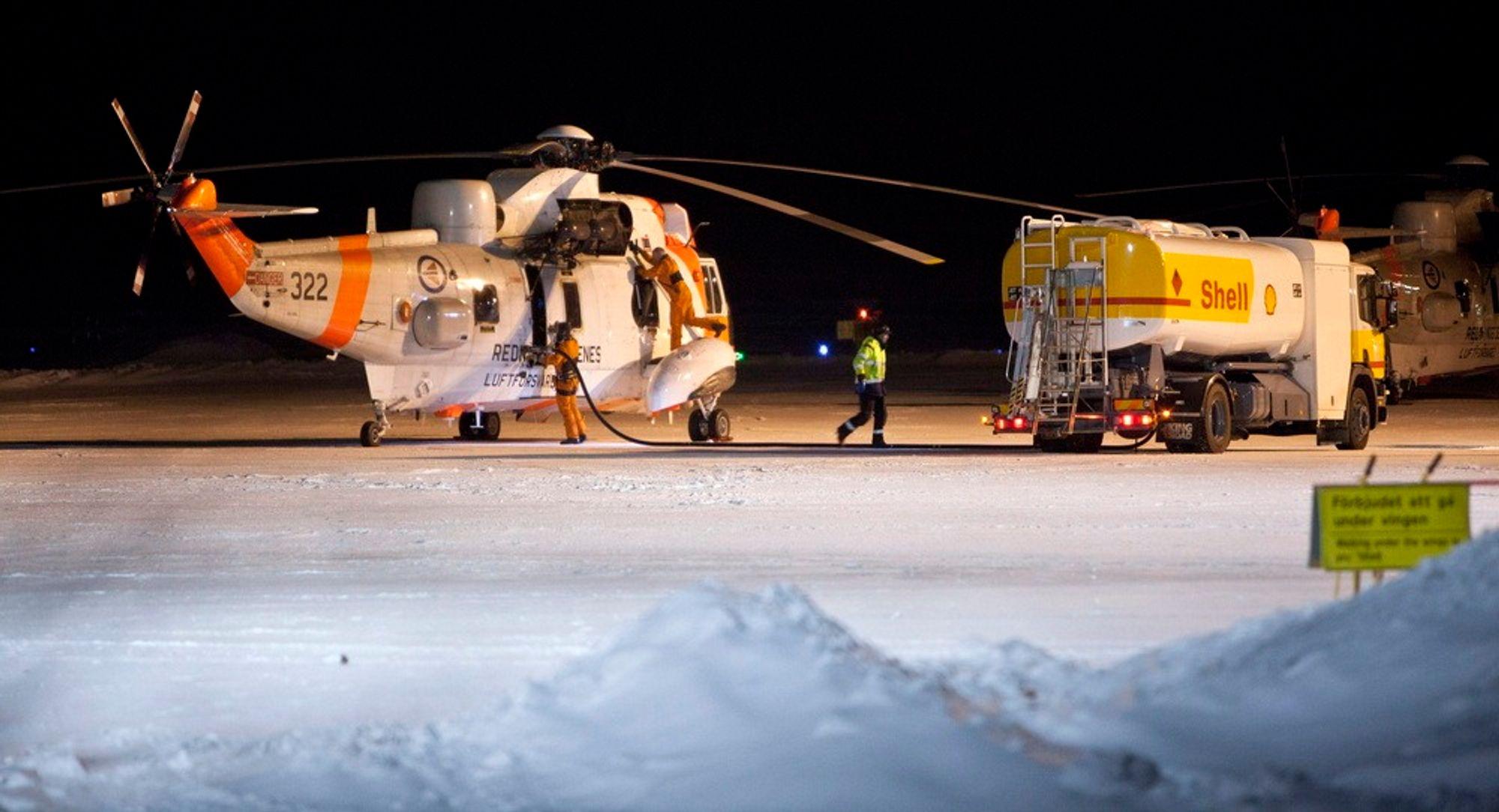 To norske Sea King redningshelikoptre på flyplassen i Kiruna torsdag kveld. Maskinene deltok i letingen etter et savnet norsk Hercules-fly som ble borte på tur mellom Evenes og Kiruna torsdag ettermiddag.