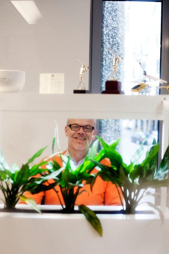 SJEFENS KONTOR: Jan Grønbech trives blant planter og tilnærmet naturlig lys.