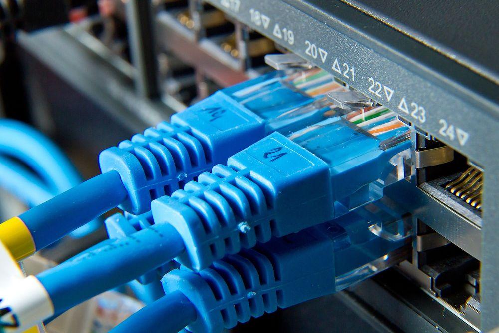 Bredbånd. Fiber. Cat-5. Kabler. Internett. Ethernet.