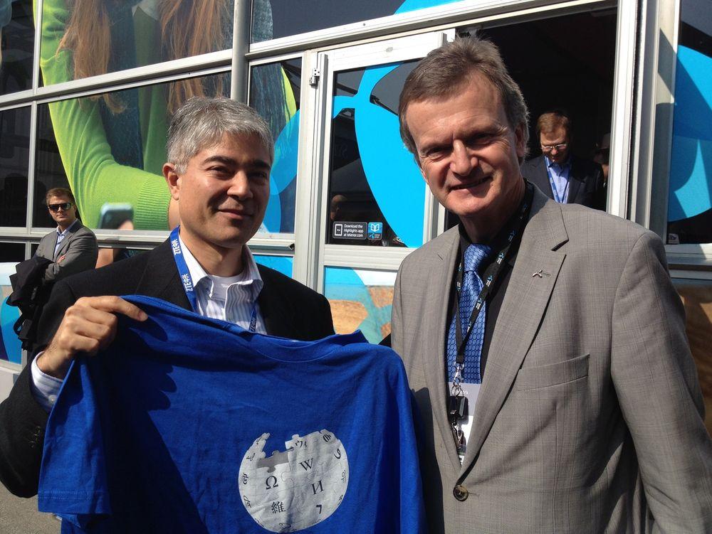 SAMMEN OM KUNNSKAP: Telenorsjef Jon Fredrik Baksaas og mobilsjefen i Wikimedia Fundation Kul Wadhwa, møttes i Barcelona for å stå sammen om det glade budskap.