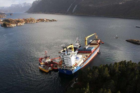 MOBILISERING: Kystverket har mannskap og utstyr på plass rundt Celina for å takle eventuelle oljeutslipp. Celina gikk på grunn ved Gangsøya, syd av Måløy ca kl 2030, 09.mars.