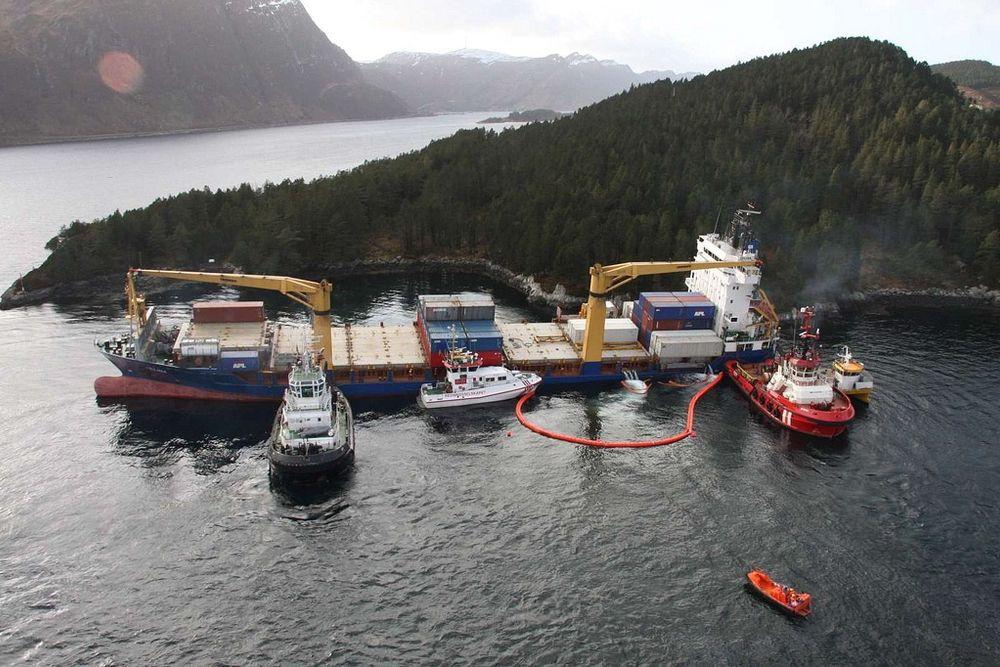 """STØTTES: Containerskipet  Celina er 123 meter langt og er på 8350 bruttotonn. Skipet står på et skjær, og holdes på plass av slepebåtene BB """"Ocean"""" og T/B """"Lucas""""."""