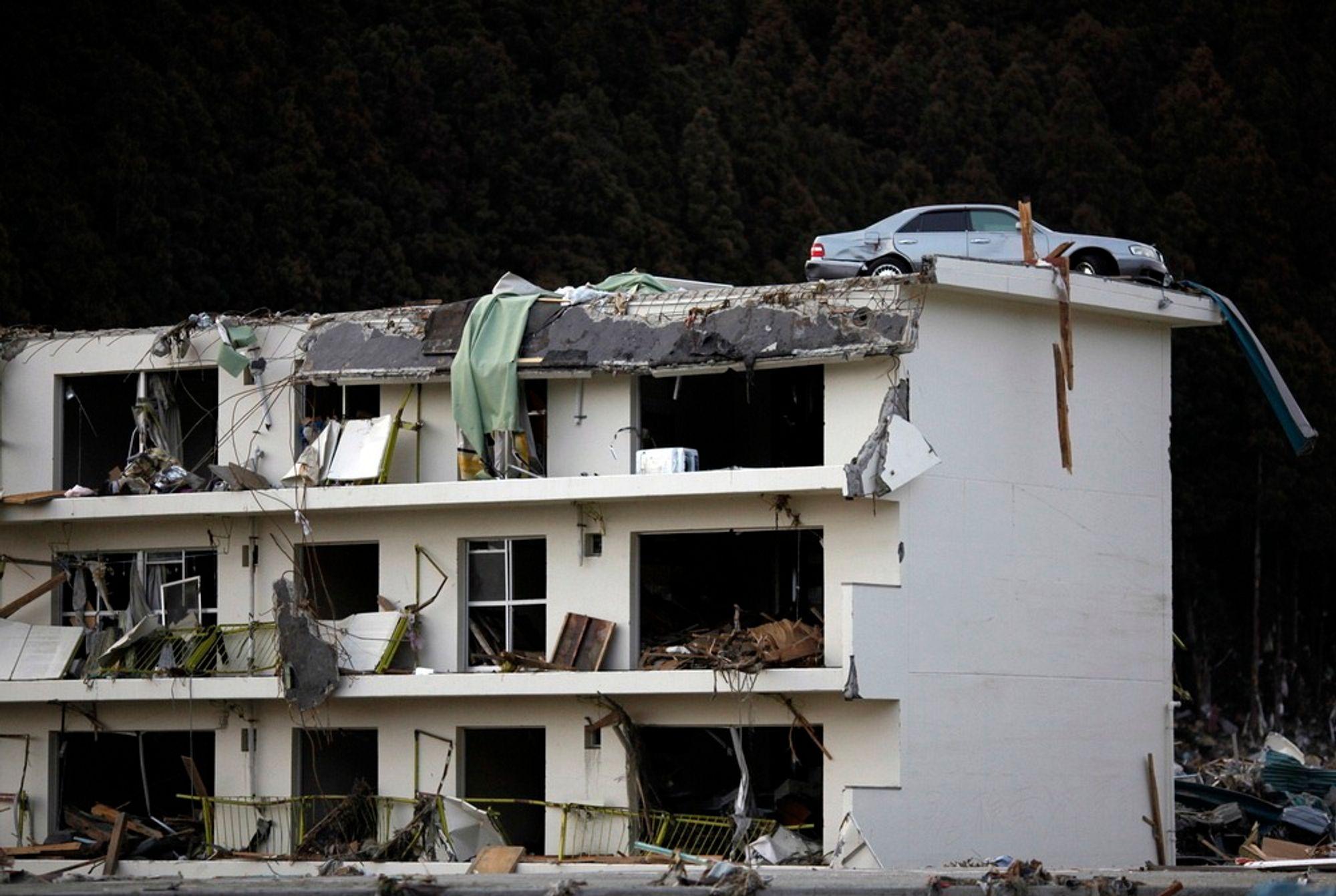 DYR TSUNAMI: En bil står på taket av en bygning Japan etter tsunamien i fjor, som ble utløst av et kraftig jordskjelv. Naturkatastrofer kostet over 2.100 milliarder kroner i fjor, ifølge FN.