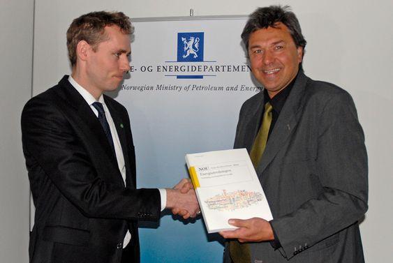 Energiminister Ola Borten Moe (t.v.) mottar Energiutvalgets rapport fra utvalgets leder Olav Akselsen.