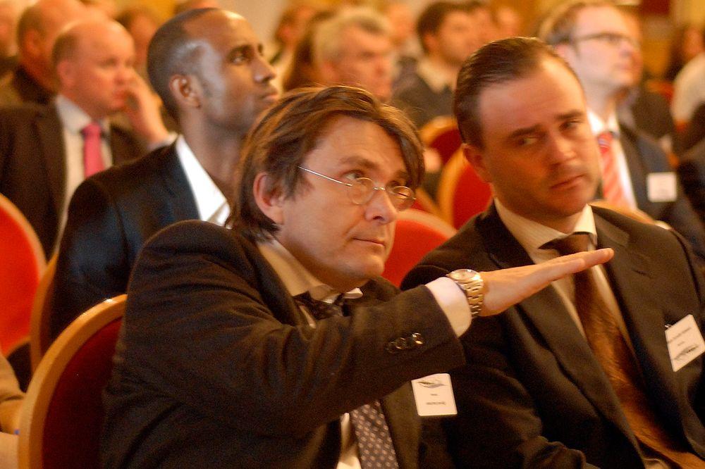 TRENGER KAPITAL: Den norske vindkraftbransjen trenger kapital, og arbeidsantrekket til Norwea-general Øyvind Isachsen (t.v.) og hans væpner Øistein Galaaen er derfor mørk dress og slips.