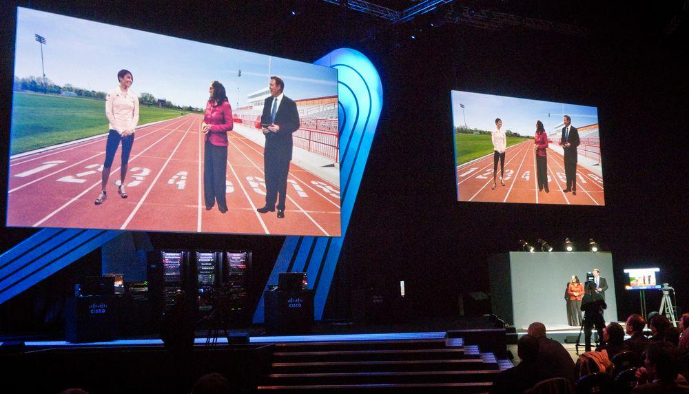 VIRTUELT TILSTEDE: Med et par videokameraer, grå bakgrunner og en dose avansert teknologi så kan man adressere nesten 6000 deltakere på Cisco Live i London fra en av de nye OL-stadionene.